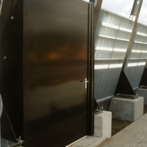 Vluchtdeur in een scherm aan het spoor