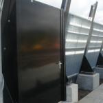Vluchtdeur in geluidsscherm aan het spoor